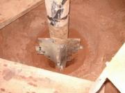 Бурение скважин. Разрушение грунтовой породы при вертикальном бурении происходит за счет буровой головки или бура.