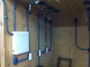 Делаем проводку в доме. В целях безопасности, электроповодку в деревянном доме прокладывают в специальных металлических трубах.