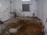 Демонтаж канализации. Демонтаж старых чугунных труб. Ванная комната во время демонтажа.