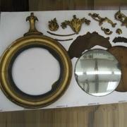 Демонтаж зеркала. Перед тем, как снять зеркало, мастера демонтируют элементы рамы.