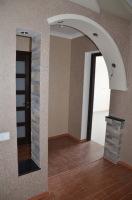 Дизайн ремонта двухкомнатной квартиры. Оригинальное и функциональное решение для отделки  дверного проема.