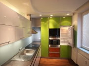 Дизайн ремонта трехкомнатной квартиры. Даже небольшая кухня может быть красивой и функциональной.