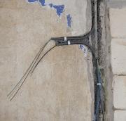 Электрик на дом. Прокладка электропроводки в помещениях с повышенной влажностью (ванные комнаты) осуществляется в специальной влагостойкой изоляции.