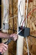 Электрика в квартире. Монтаж электрики в квартире на деревянной перегородке.