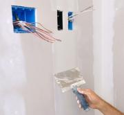 Электромонтаж Москва. После монтажа новых коробок и розеток приступают к заделке щелей и оштукатуриванию стен.
