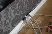 Электромонтаж Москва. Провода скрываются под плинтуса со специальными кабель каналами.