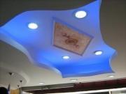 Евроремонт гостиной. Разнообразные конструкции потолков зрительно увеличивают пространство и зонируют комнату.