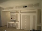 Евроремонт гостиной. Сейчас мебель можно заменить встроенными полками и шкафами, создав оригинальную конструкцию.
