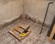 Евроремонт квартиры цены. Подготовительные работы по выравниванию пола и стен в ванной комнате.