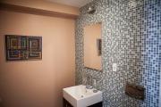 Евроремонт ремонт квартир. Отделка мозаикой стены ванной комнаты.