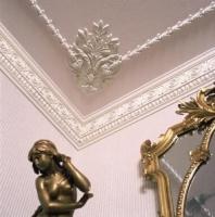 Евроремонт спален. Лепнина на потолке придает интерьеру роскошь. За это ее продолжают любить до сих пор.