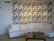Евроремонт трехкомнатной квартиры. Выделение зон в комнате при помощи разной отделки стен.