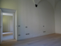 Eвроремонт зала. Дополнительная отделка стен в виде арок придаст комнате неповторимый шарм.