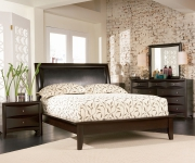 Хороший ремонт квартир. Уютная и светлая спальня с мебелью контрастного цвета. Оригинальное решение - стена из кирпича, без штукатурки.