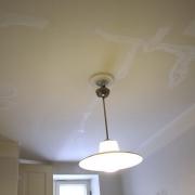 Хороший ремонт квартир. Прежде чем приступить к отделке потолка, необходимо провести проводку и тщательно подготовить потолок.
