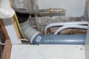 Канализационная разводка. При монтаже горизонтальных канализационных труб, мы стараемся избегать резких углов.