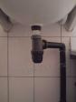 установка раковины, сифон и отвод канализации выполнены из дешёвых полиэтиленовых труб