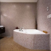 Капитальный ремонт трехкомнатной квартиры. Отделка ванной комнаты мозаикой - кропотливая работа.