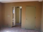 Косметический ремонт квартир, частные мастера. Комната до ремонта. Требовалось заменить обои и решить проблему с проемом.