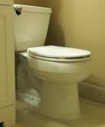 Крепление унитаза к полу. Если вы устанавливаете унитаз на кафель, то лучше не использовать сантехнические болты, а приклеить унитаз к полу с помощью сантехнического герметика.