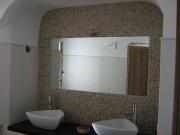 Крепление зеркала к стене. На кирпичной стене с интересной отделкой камнем, зеркало крепится особым способом.