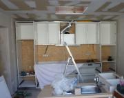 Кухни под ключ. Иногда, чтобы продолжить дальнейший ремонт, необходимо смотрировать мебельную стенку.