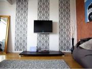 Квартира под ключ цена. Дизайнеры предлагают зонирование комнаты при помощи разной отделки стен.