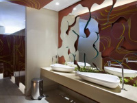 Мастер зеркал. Отделка зеркалами туалетной комнаты в кафе.