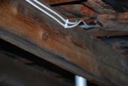 Монтаж электропроводки в деревянном доме. Открытая проводка в деревянном доме закреплена скобами.