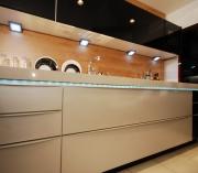Монтаж электропроводки. На кухне подключается много электроприборов, поэтому проводка должна быть качественной и выдерживать большую нагрузку.