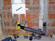Монтаж инсталляции для унитаза. Система инсталляции позволяет достичь максимального уровня эстетики в туалете, так как трубы, шланги и бачки скрыты под обшивкой.