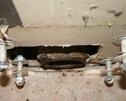Монтаж инсталляции. Соединением выпуска подвесного унитаза с канализационным отводом.