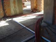 Монтаж канализации в частном доме. Разводка канализационных труб производится до настила пола.