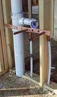 Монтаж канализации в доме. Крепление слива на специальную деревянную раму.