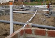 Монтаж канализационных труб. Монтаж канализационных труб в многоквартирном доме производится на этапе строительства фундамента.