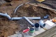 Монтаж канализационных труб. На этапе проектирования осуществляется расчет материалов с учетом выбранного типа труб, объема и уклона трубопровода.