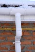 Монтаж ливневой канализации. Правильный монтаж ливневой канализации избавит Ваш дом от образования  сосулек , а летом - от  луж около дома.