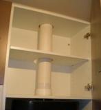 Монтаж навесных шкафов. Иногда монтаж навесных шкафов осложняется наличием на кухне труб.
