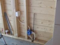 Монтаж открытой электропроводки. Хорошим тоном при прокладке проводки является укладка кабеля в гофрошланги.