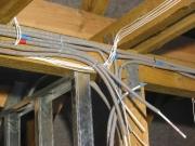 Монтаж проводки в деревянном доме. Современные материалы предполагают несколько иной способ прокладки проводов в деревянном доме – в пластиковых гофрорукавах, не поддерживающих горения.