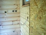 Монтаж проводки в деревянном доме. Провода и кабеля прокладываются обязательно в металлическом гофрорукаве или металлической трубе.