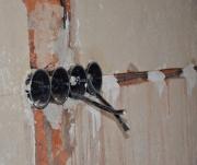 Монтаж проводки. Для прокладки новой проводки необходимо штробление стен, так как новые кабеля прокладываются в других местах или для них просто недостаточна глубина.