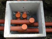 Монтаж труб канализации. Для удобства ремонта и прочистки канализации, соединения труб монтируют в специальном бетонном колодце.