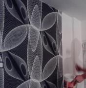 Новые квартиры под ключ. Наклейка дизайнерских обоев на одну из стен в гостиной.