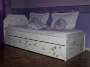 Обновить кровать.Кровать после покраски и декорирования выглядит уютно и красиво.