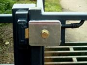 Обслуживание автоматических ворот. Сбой в работе механизма автоматических дверей может ликвидировать специалист.