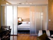 Однокомнатная квартира под ключ. Разделение однокомнатной квартиры на зоны при помощи стеклянной ширмы.