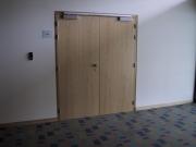 Отделка дверей ламинатом. Отделка деревянной двери ламинатом в больнице.