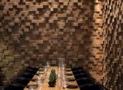 Отделка ресторанов. Отделка стен ресторана деревянными брусками создает 3D эффект.