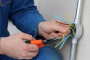 Почему моргает свет. Когда проводка старая и не выдерживает нагрузку, необходимо заменить ее на новую.